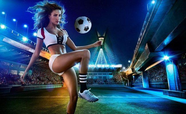 Девушка и футбольный мяч