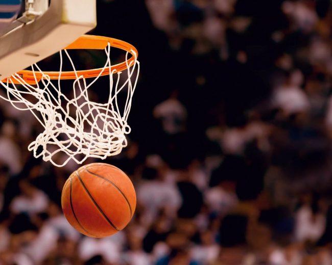 Мяч в корзине в баскетболе